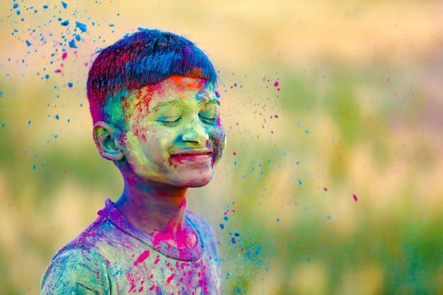 Kind spielt mit der farbe