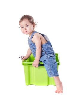 Kind spielt mit plastikbehälter isoliert auf weiß