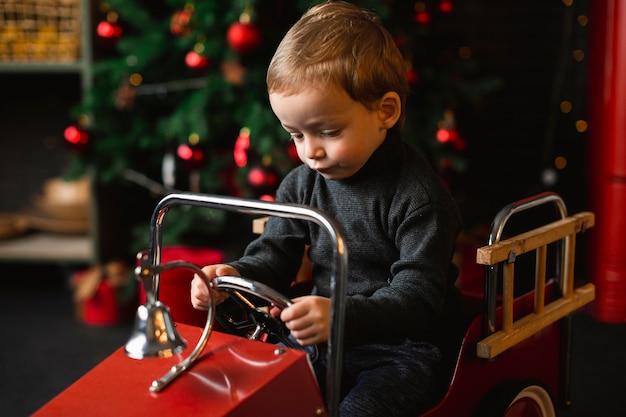 Kind spielt mit spielzeugauto