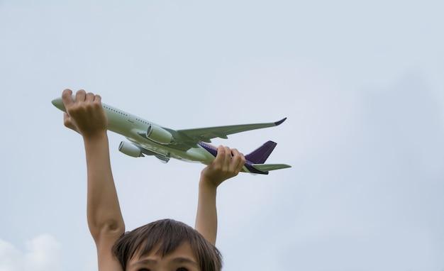 Kind spielt mit spielzeugflugzeug