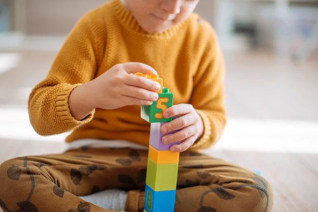 Kind spielt mit würfeln