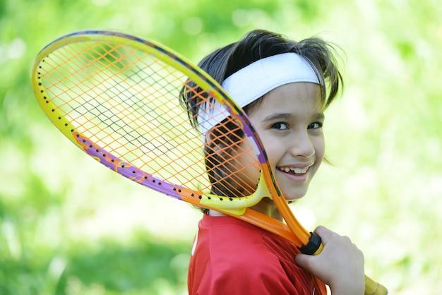Kind spielt tennis
