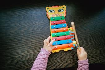 Kind spielt xylophon