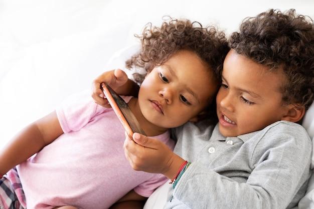 Kind spielt zusammen ein spiel am telefon
