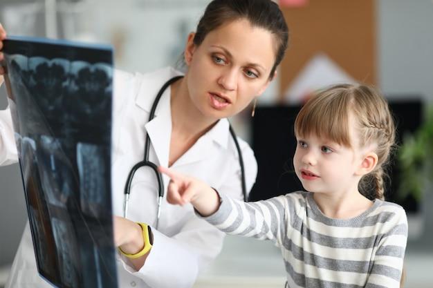 Kind spricht mit dem arzt
