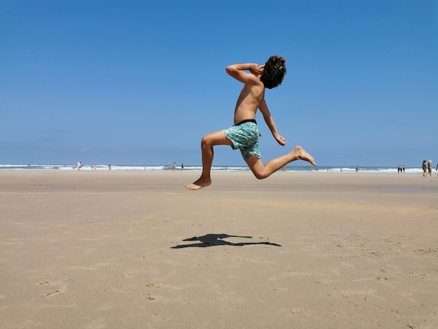 Kind springt vor aufregung am strand