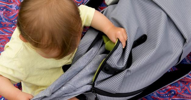 Kind steigt aus der tasche