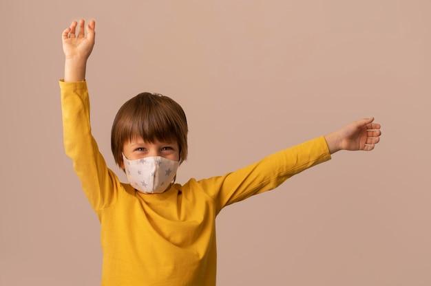 Kind trägt eine medizinische maske