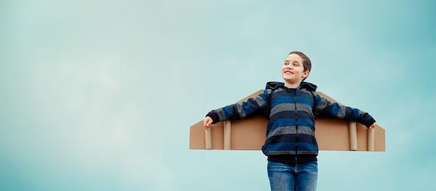 Kind träumt vom reisen. konzept der erfolgreichen geschäftsentwicklung