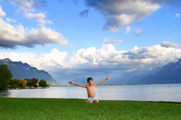 Kind übt entspannung und genießt die natur