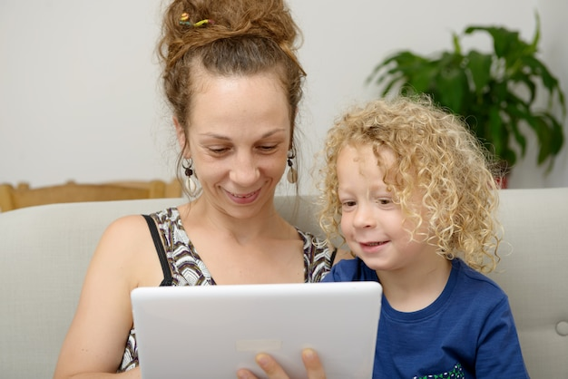 Kind und ihre mutter benutzt eine tablette