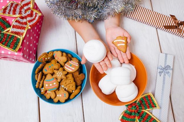 Kind und kekse. feiertagsessen für kinder