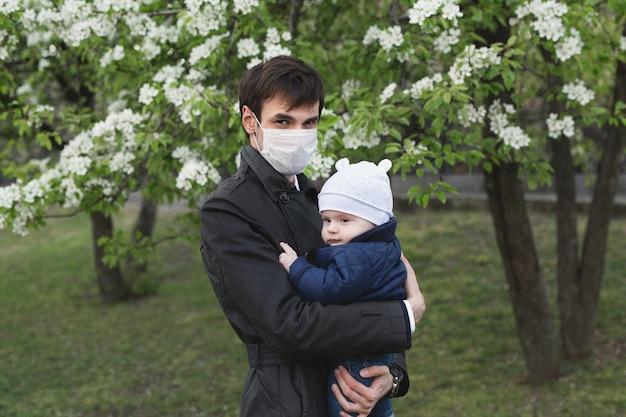Kind und mann in der medizinischen schutzmaske auf der straße. epidemie des virus covid