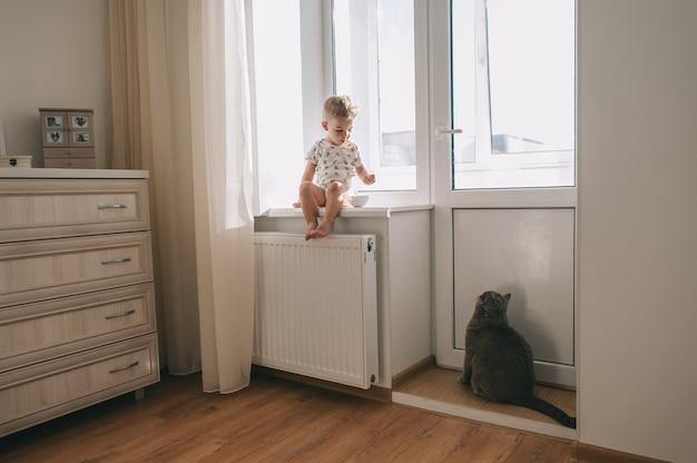 Kind und seine haustierkatze