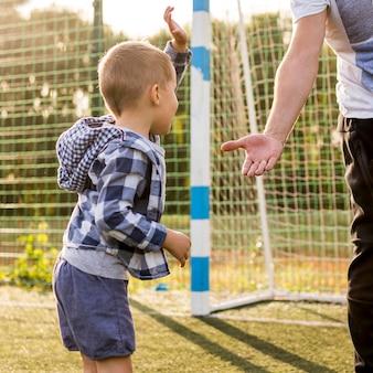 Kind und vater bereit, eine hohe fünf geste zu geben