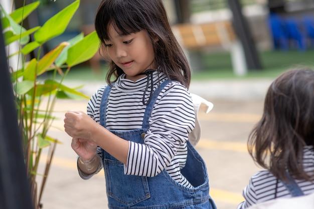 Kind wäscht sich die hände mit seife