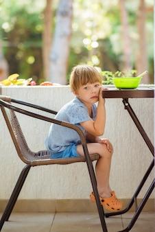 Kind will nicht essen, weigert sich zu essen, macht gesichter