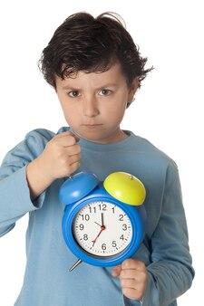 Kind wütend durch aufwachen früh lokalisiert auf weißem hintergrund