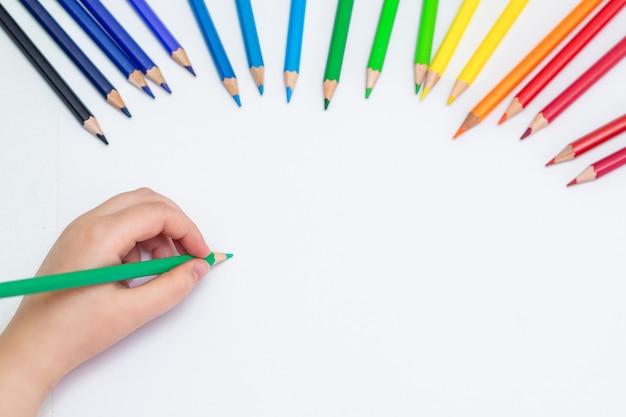 Kind zeichnet auf weißem leerem papier.