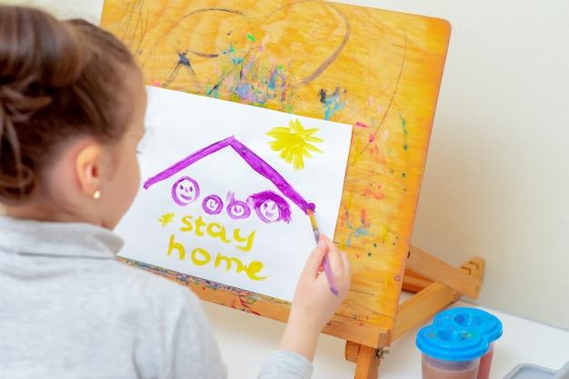 Kind zeichnet bild der familienskizze
