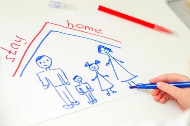 Kind zeichnet glückliche familie.