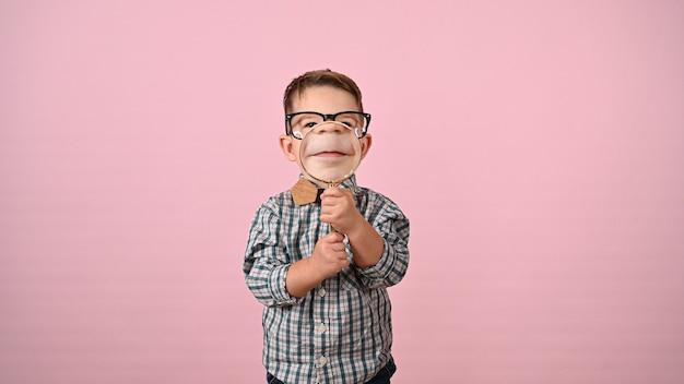 Kind zeigt mund mit lupe. hochwertiges foto