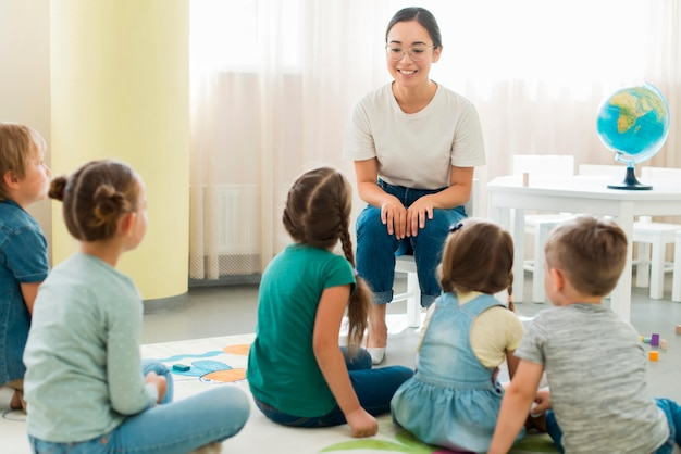 Kinder achten auf ihren kindergarten