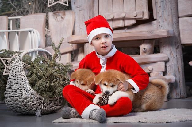 Kinder als helfer des weihnachtsmanns verkleidet.