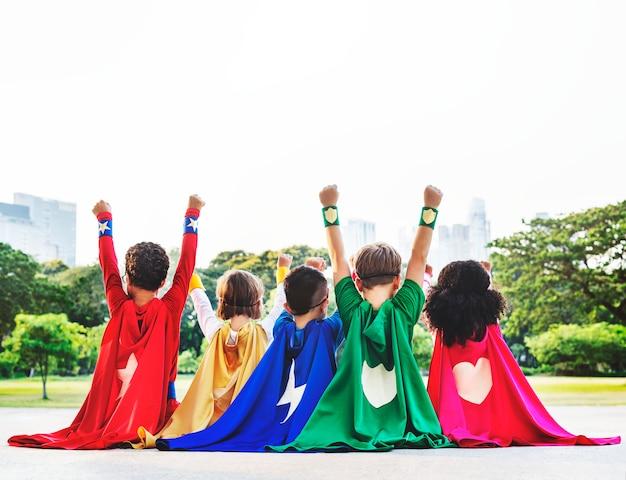 Kinder als superhelden gekleidet