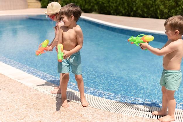 Kinder am pool spielen