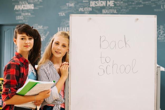 Kinder am whiteboard zusammen