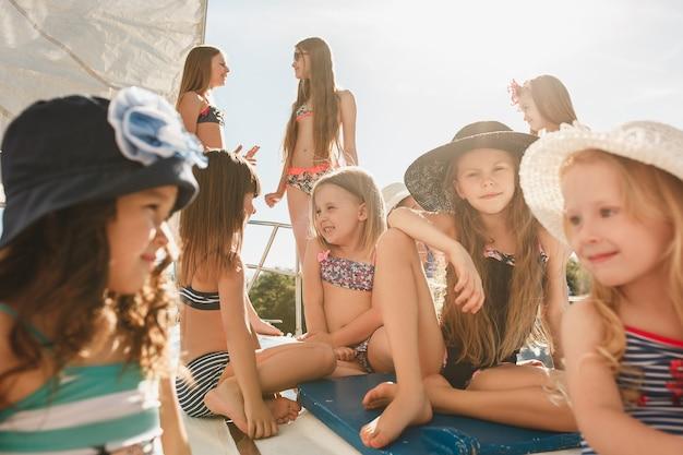 Kinder an bord der seelyacht. teenager oder kind mädchen im freien.