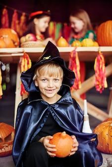 Kinder auf einer sehr bunten halloween-party