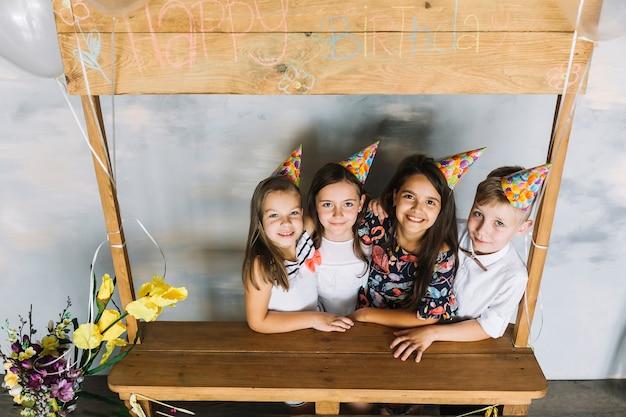 Kinder auf geburtstagsfeier umarmt