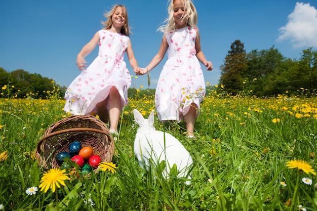 Kinder auf ostereiersuche mit hase