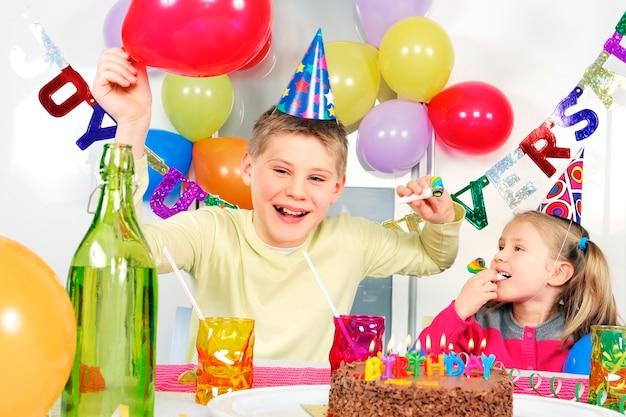 Kinder auf verrückter geburtstagsfeier