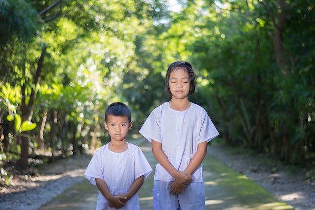 Kinder auf weißer kleidung, praxis gehen meditation im wald baum mit frieden in min