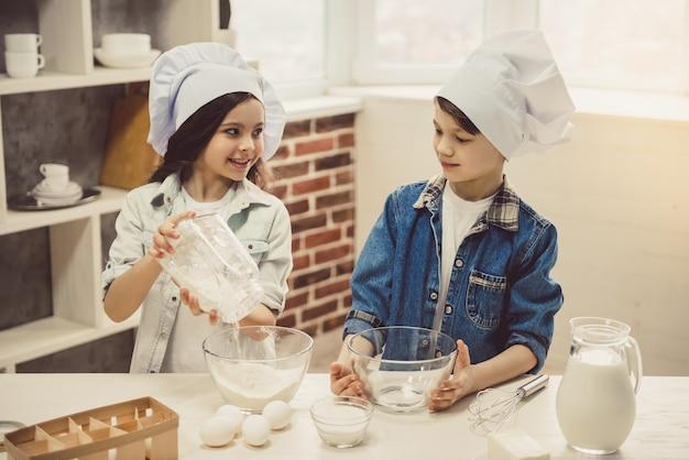 Kinder backen in der küche