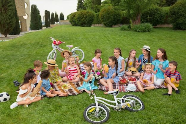 Kinder bei einem picknick im garten