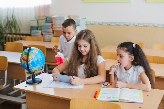 Kinder beobachten tablet im klassenzimmer