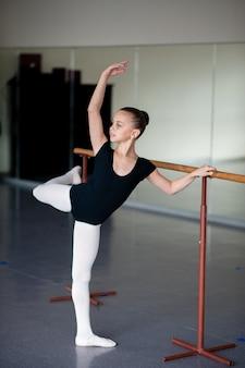 Kinder beschäftigen sich mit choreografie.