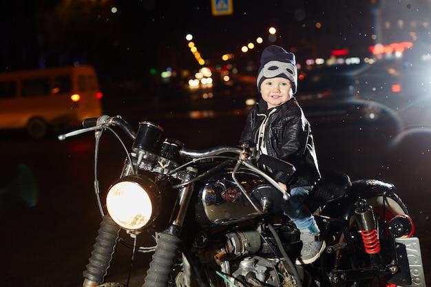 Kinder-biker fahren mit dem motorrad durch die stadt