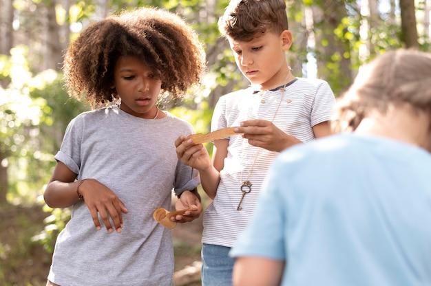 Kinder, die an einer schatzsuche teilnehmen