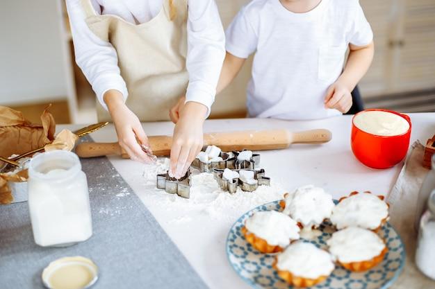 Kinder, die backen-plätzchen-küche kochen