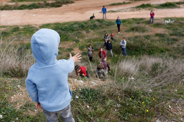 Kinder, die bäume im wald und in den wachsenden anlagen pflanzen