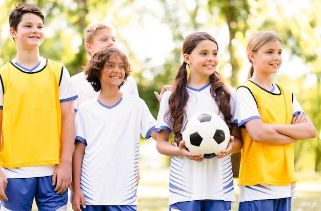 Kinder, die bereit sind, ein fußballspiel zu spielen