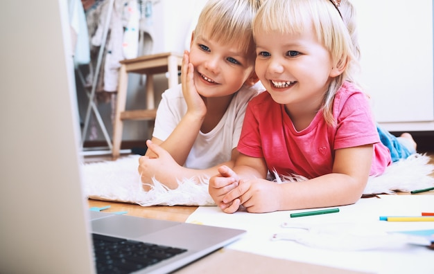 Kinder, die computer-online-technologie zum kreativen zeichnen oder basteln verwenden