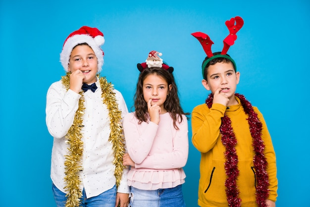Kinder, die den weihnachtstag tut ausdrücke feiern