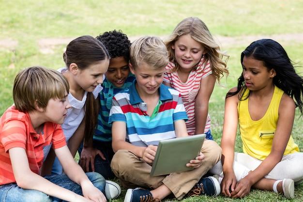 Kinder, die digitale tablette verwenden