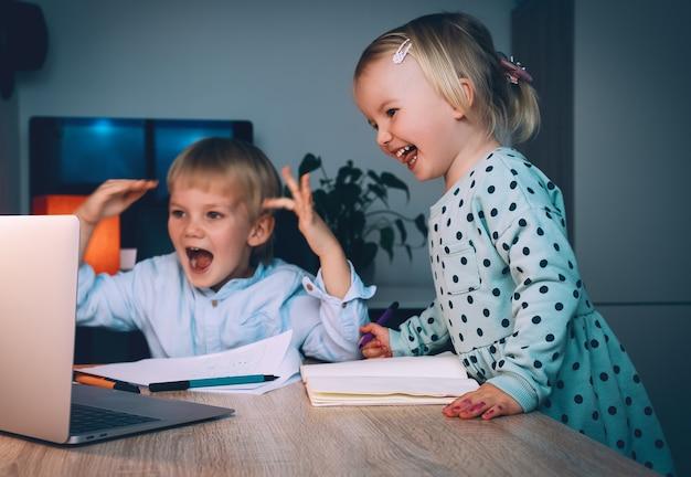 Kinder, die digitale technologie und internetkommunikation nutzen, online-bildung für kinder